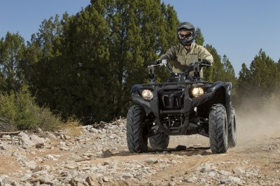 The new 2014 Grizzly 700 soaks up rough terrain with ease thanks to Yamaha's redesigned suspension and 60mm wider stance.
