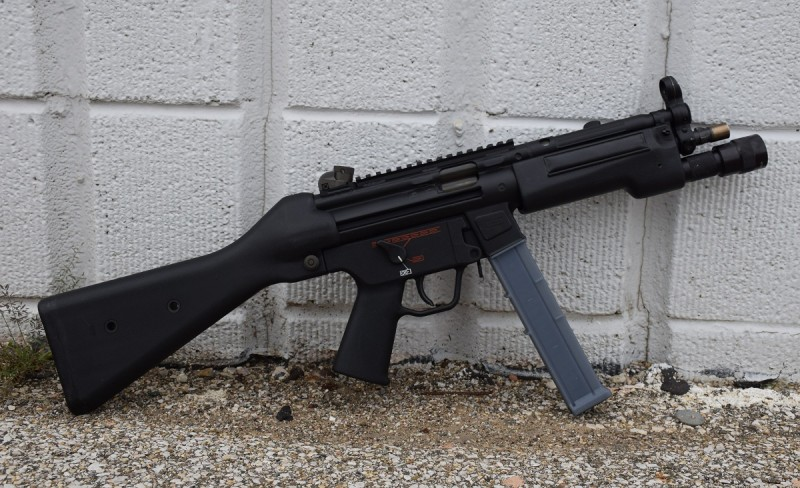 A D54P/10 with a full-length Picatinny rail on its upper receiver.