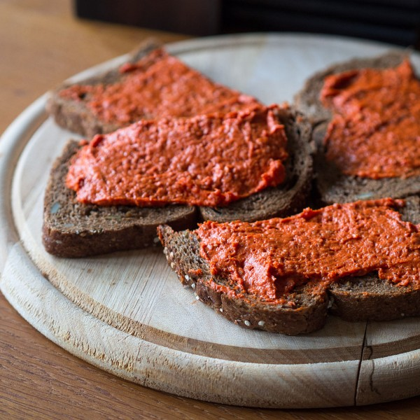 Tartare can be eaten as a spread on bread and crackers, or by itself. Image from Takeaway from the Wikimedia Commons.