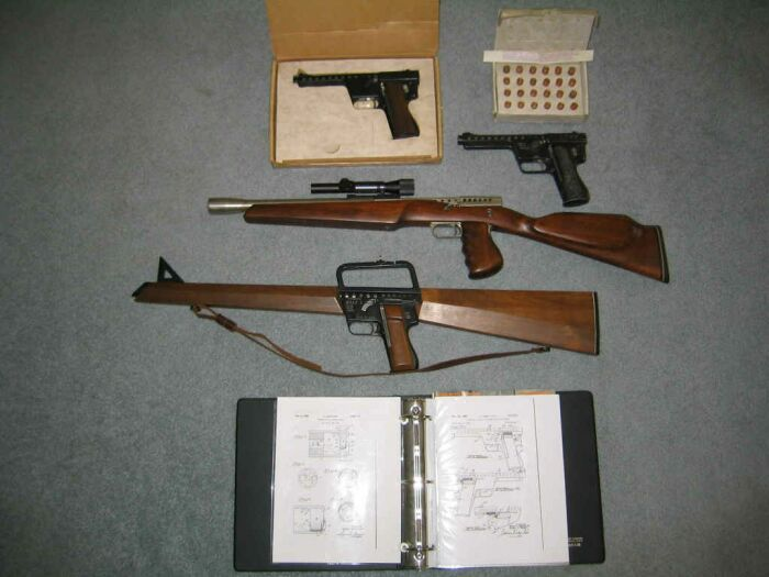 Gyrojet pistols with carbine and rifle. Image from  KeyserSoze on the Wikimedia Commons.