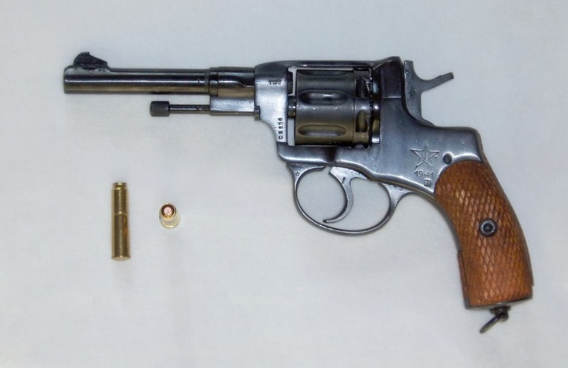 A Nagant M1895, along with two 7.62x38mmR rounds. Image by Mascamon on the Wikimedia Commons.
