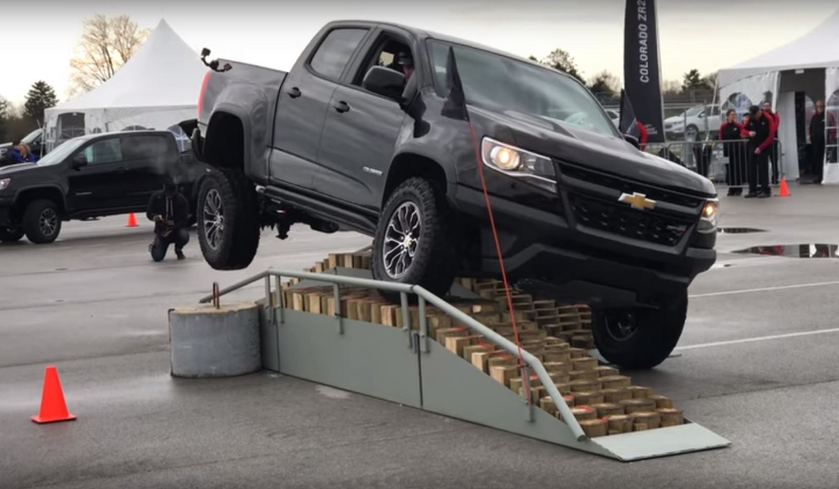 video the new chevy colorado zr2 crushes it in this agility demo outdoorhub. Black Bedroom Furniture Sets. Home Design Ideas